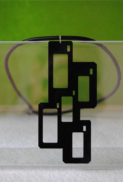 Collana in plexiglass intagliato